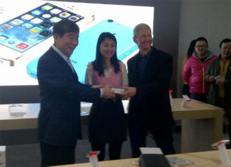 Tim Cook con un cliente en China