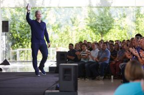 Tim Cook con el iPhone 1000 millones