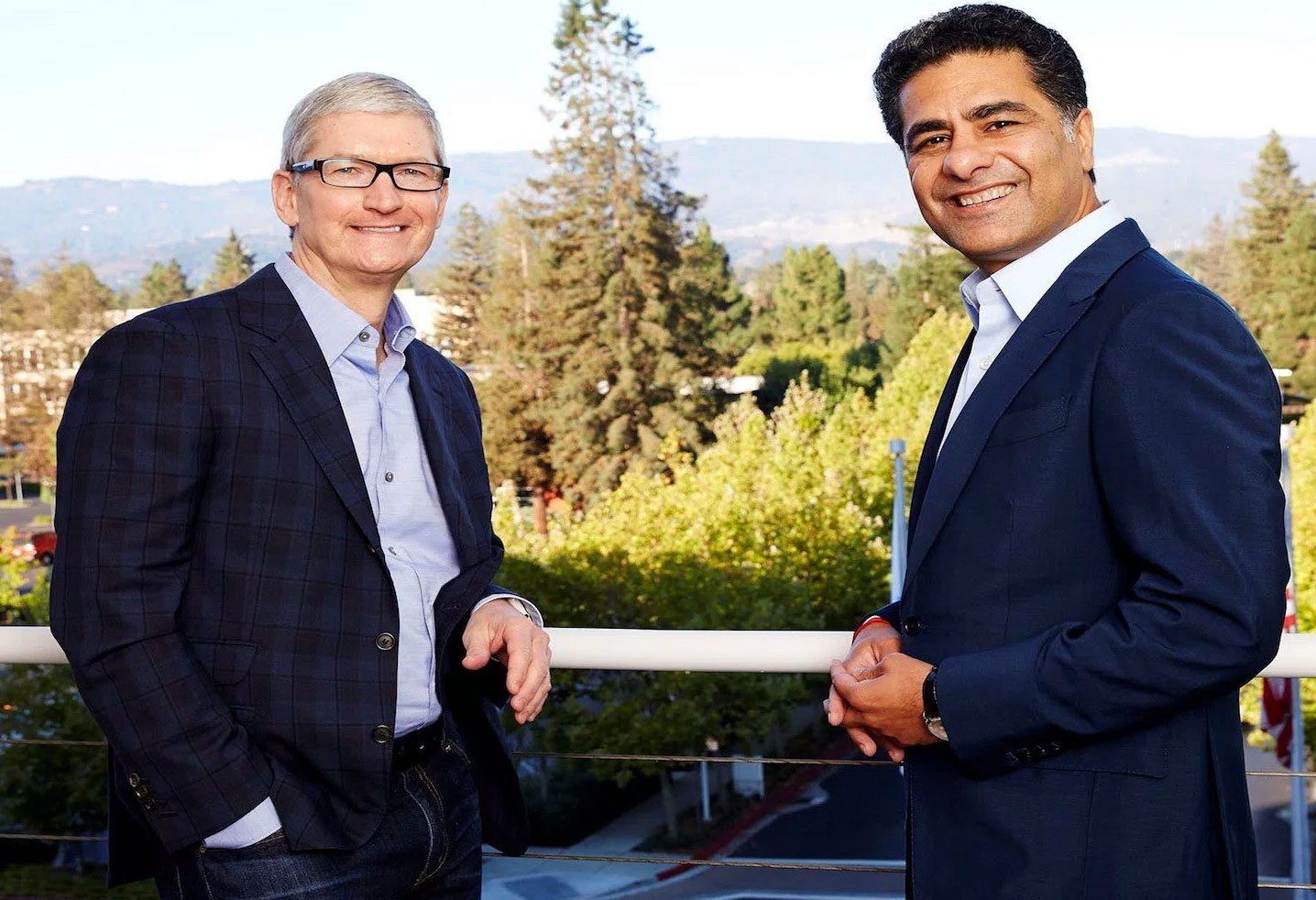 Tim Cook y Punit Renjen