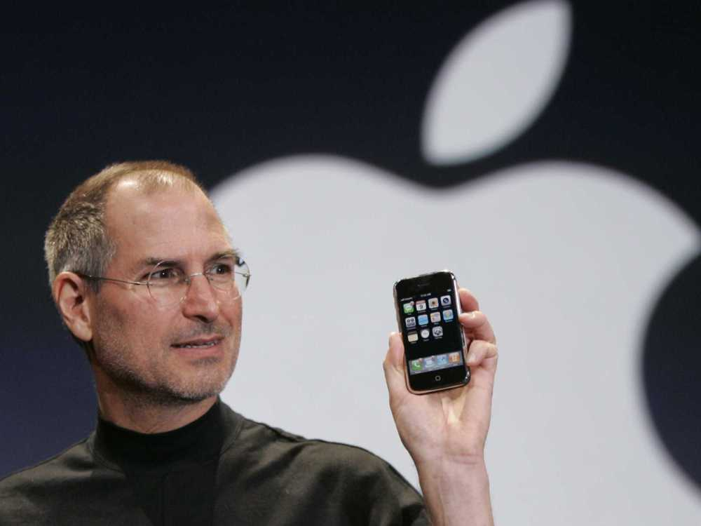 Steve Jobs mostrando el iPhone
