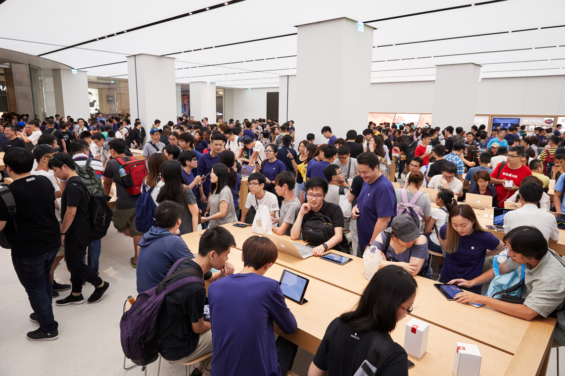Apple Store Taipei 101 crowded with people