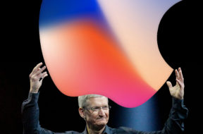 Tim Cook con el logo de Apple