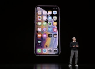 Tim Cook delante de in iPhone en la Keynote It's Show Time de Marzo de 2019