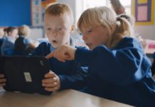 Niños aprendiendo a programar con Swift Playgrounds en un iPad